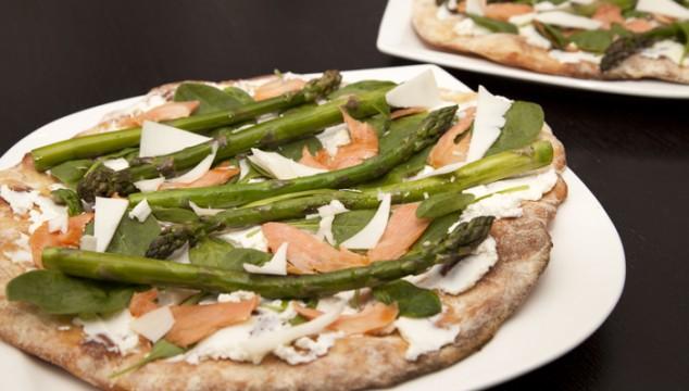 Deluxe Pizza mit Spargel, Lachs, Ziegenkäse und Spinat
