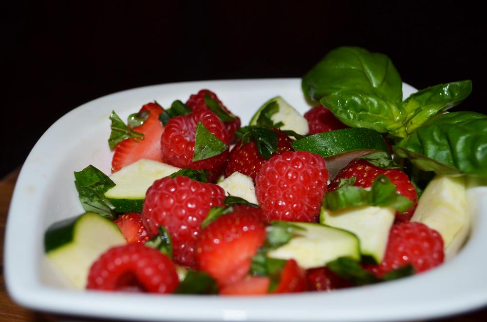 Obst-Salat-Rezepte: Beeren mit Zucchini und Basilikum 2