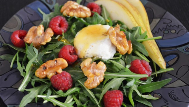 Spring Salad with Rucola, Goat's Cheese, Raspberries, Walnut and Pear