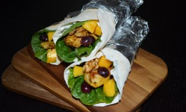 Homemade Wraps with Chicken, Mango, Trauben und Walnüssen